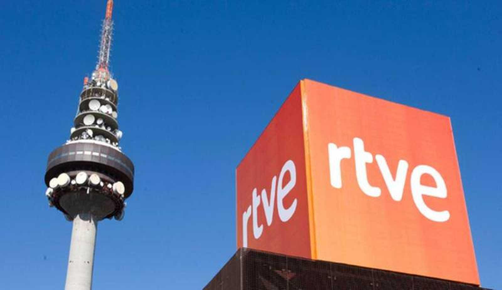 Imagen de archivo del logo de RTVE en las instalaciones de Torrespaña, con el Pirulí al fondo.