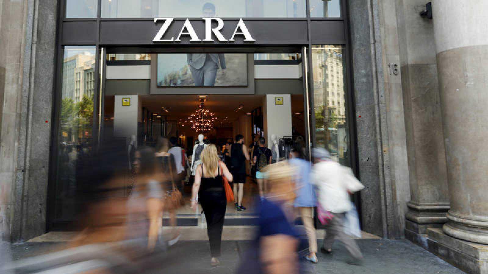 Entrada de la tienda de Zara en el Paseo de Gracia de Barcelona