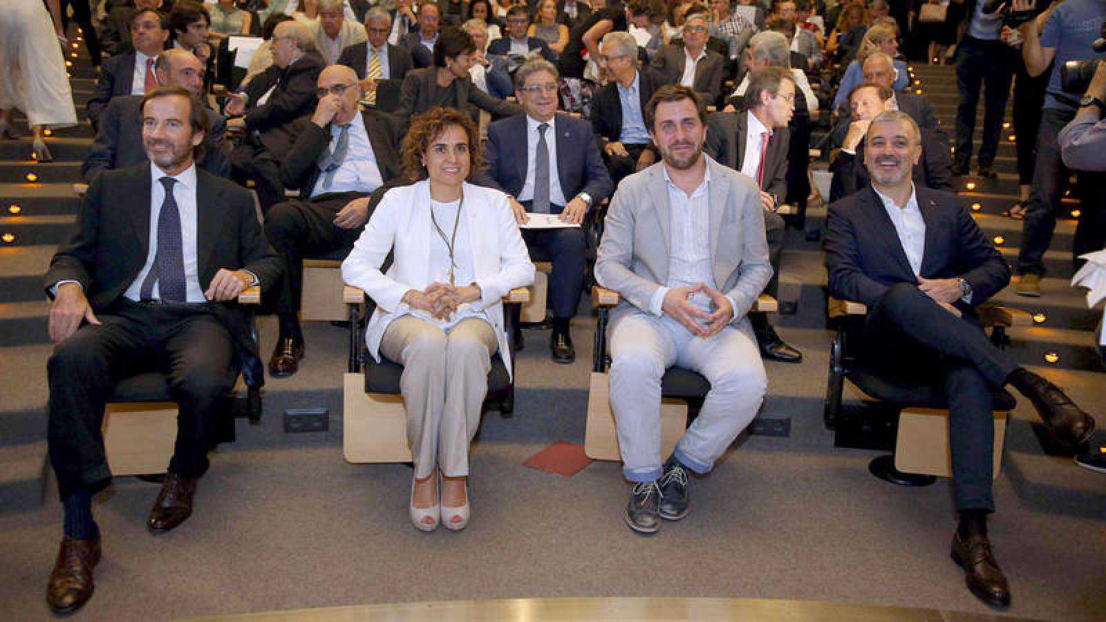 El presidente de Barcelona Global, Gonzalo Rodés, la ministra de Sanidad, Dolors Montserrat, el conseller de Sanitat, Toni Comín, y el segundo teniente de alcalde de Barcelona, Jaume Collboni durante un acto de apoyo a la candidatura de Bar