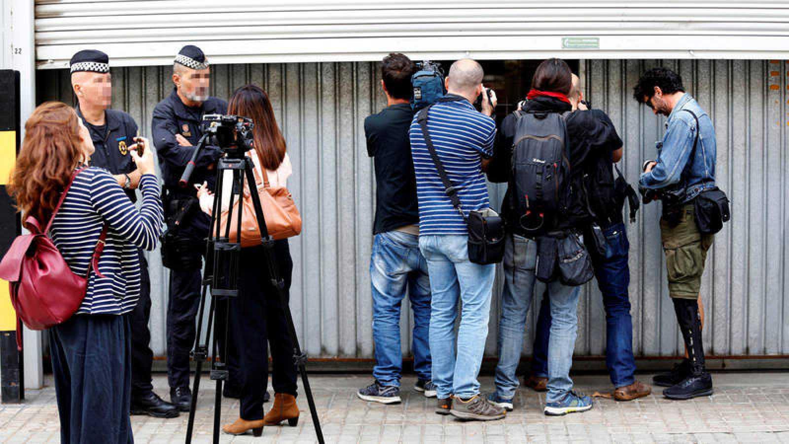 Fotógrafos y cámaras fotografían y graban el interior del almacén municipal en Barcelona donde se guardan las urnas del Estado para procesos electorales.