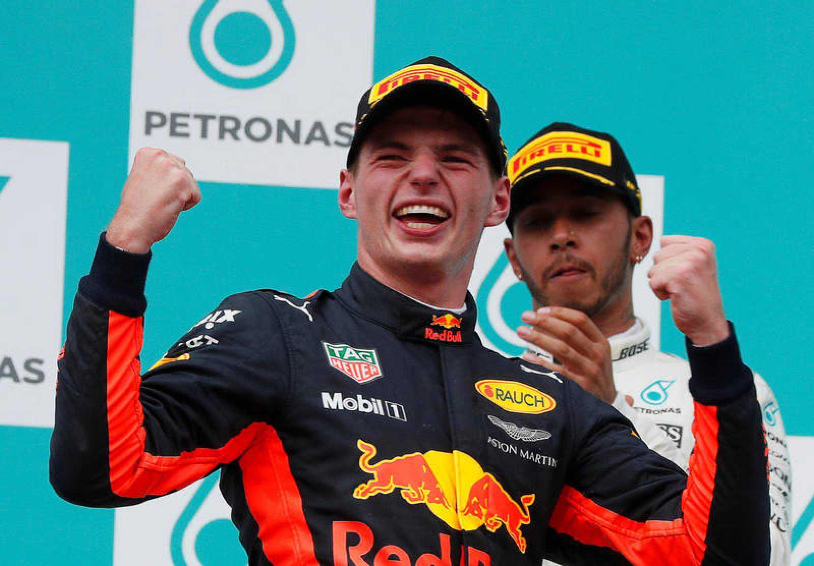 Verstappen celebra su victoria ante la mirada de Hamilton.