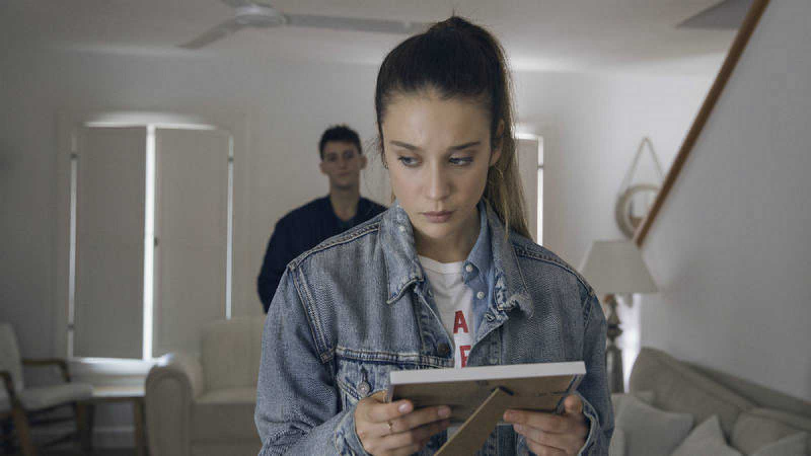 Alba sostiene un marco de fotos en las manos, ¿se lo ha dado Dani?