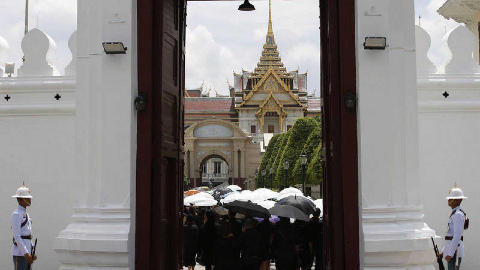 Visitantes en el Gran Palacio de Bangkok en Tailandia