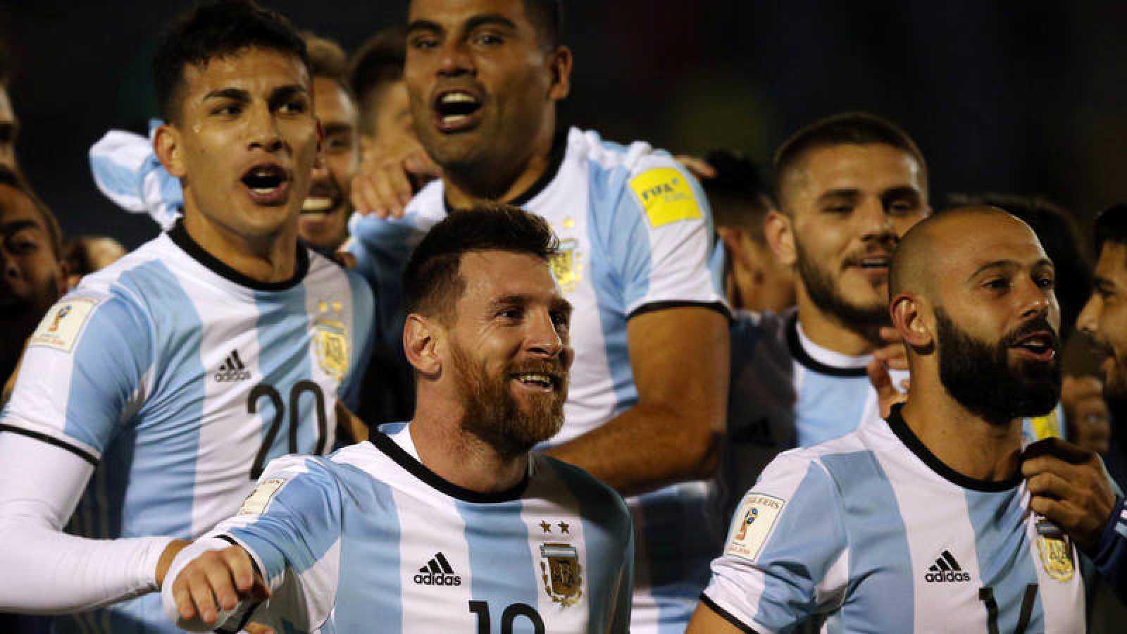 Los jugadores de Argentina, con Messi a la cabeza, celebran la clasificación.