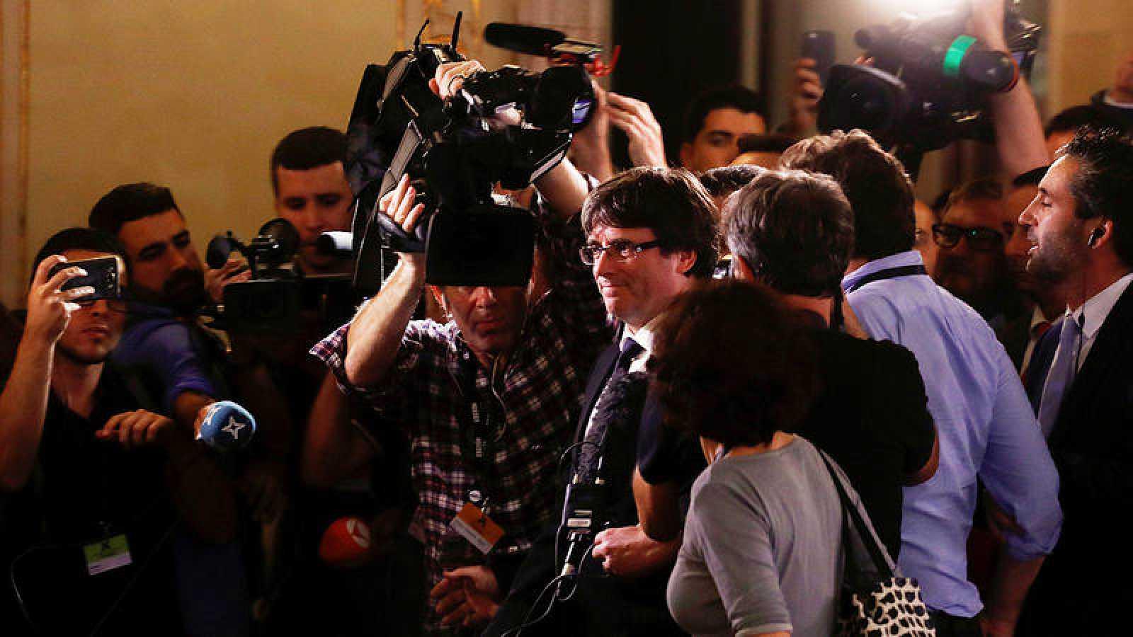 Los periodistas rodean a Carles Puigdemont tras el pleno en el Parlament en el que declaró la independencia de Cataluña y a continuación la suspendió.