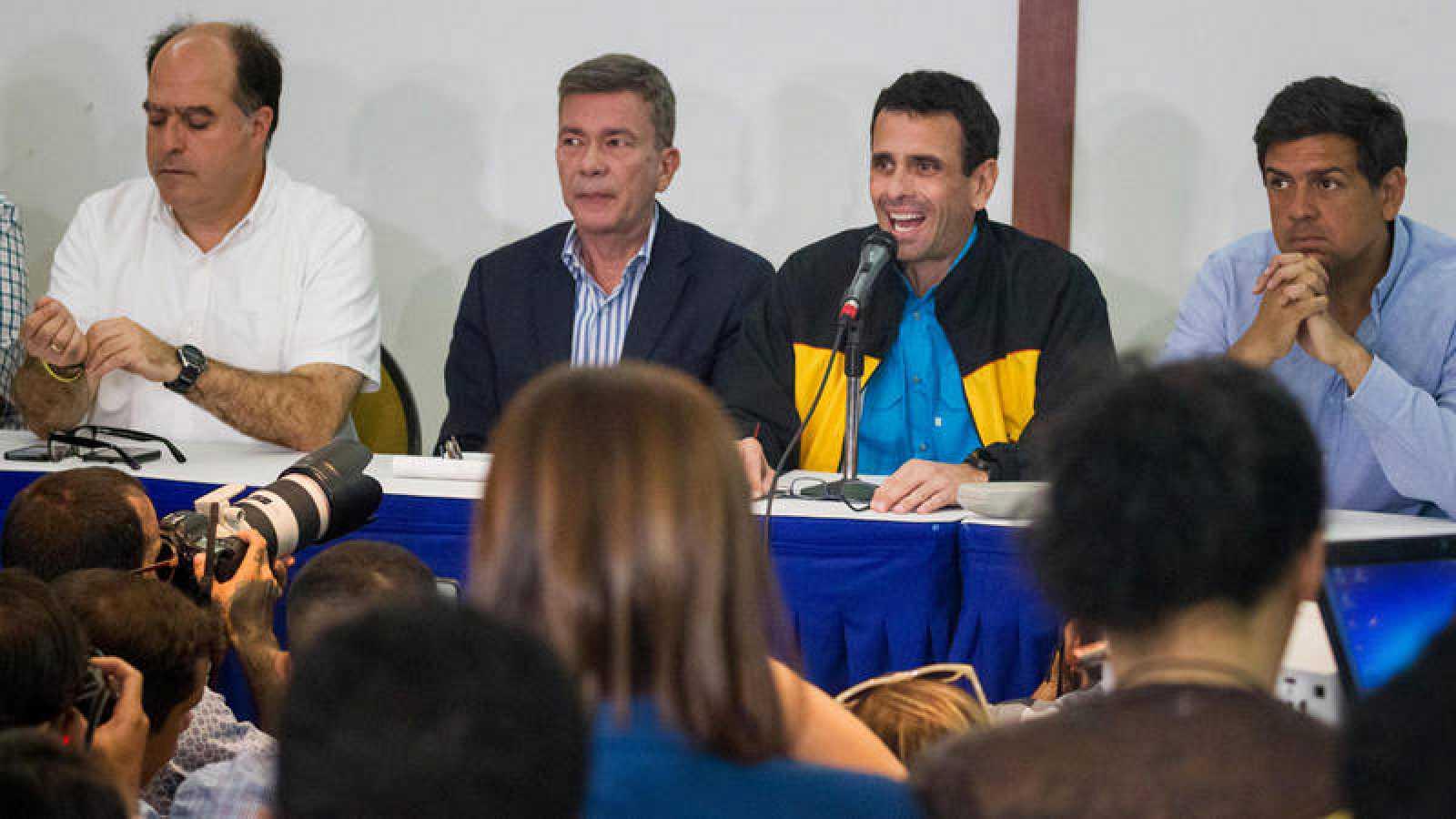 Henrique Capriles, junto a otros miembros de la Mesa de la Unidad Democrática (MUD), en rueda de prensa