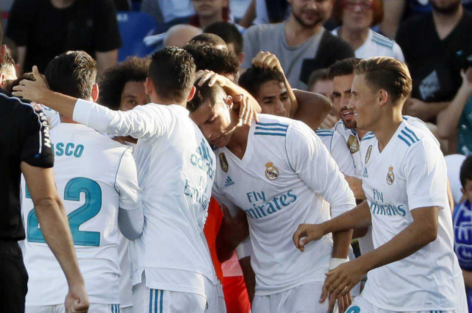 Los jugadores del Real Madrid celebran el gol marcado por Cristiano Ronaldo ante el Getafe.