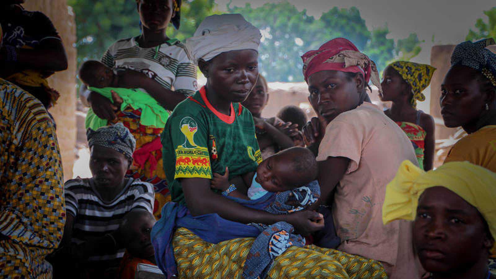 Una mujer sostiene a su niño en brazos en el taller en el que aprende a darle de mamar en la aldea de Zandieguela, Yorosso, Mali.