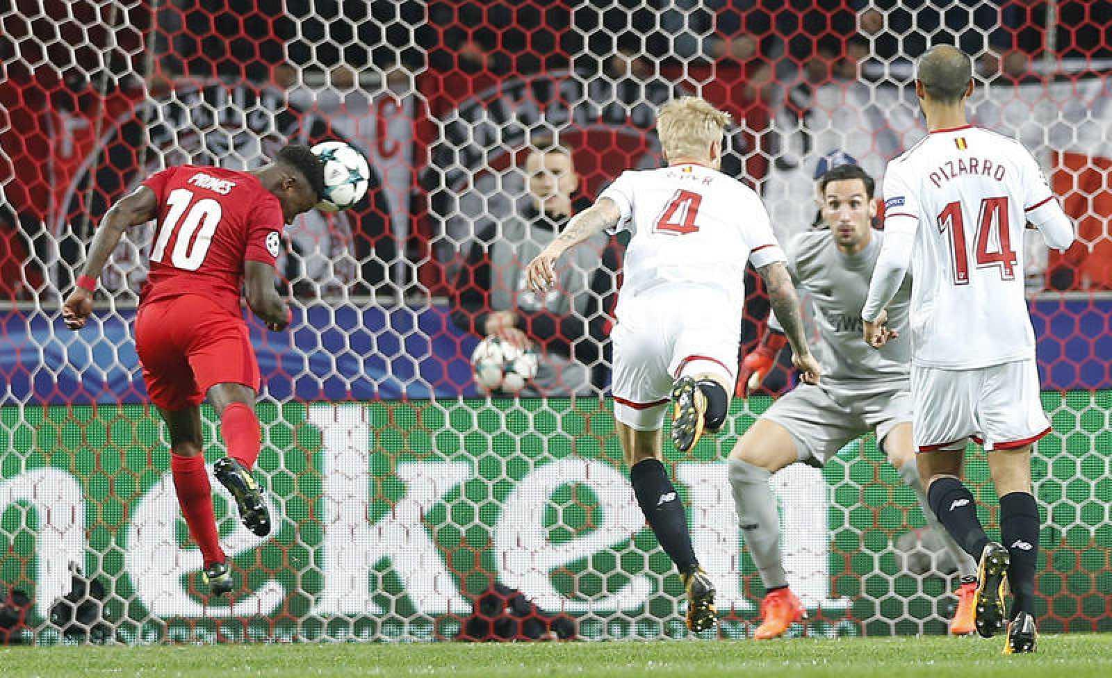 Promes cabecea para anotar el primero del Spartak ante el Sevilla.