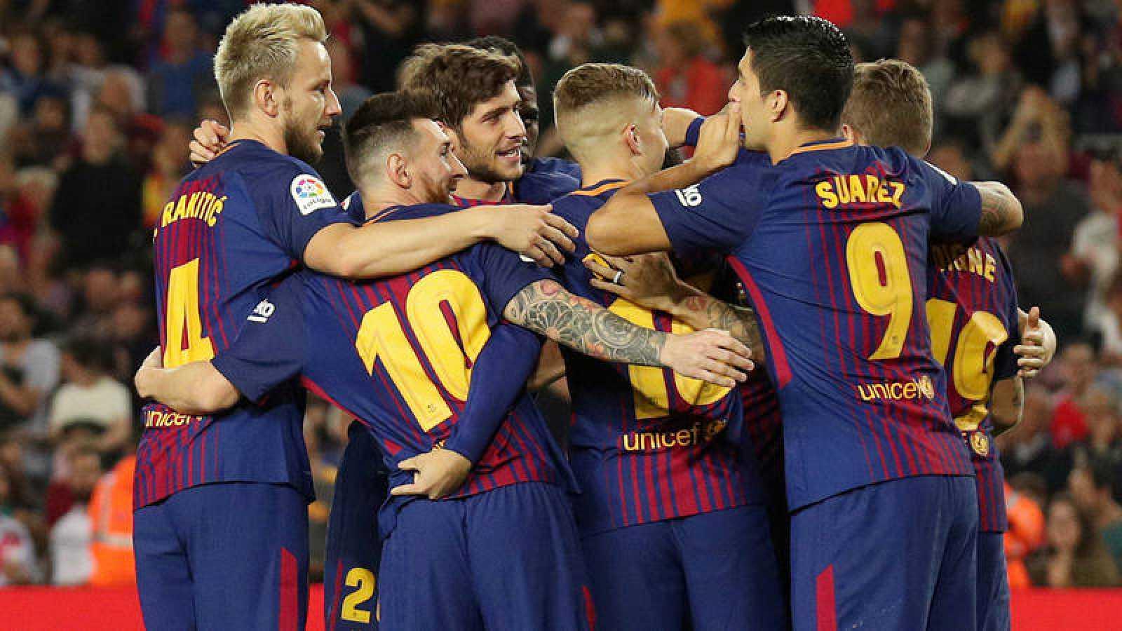 Los jugadores del Barcelona celebran un gol ante el Málaga.