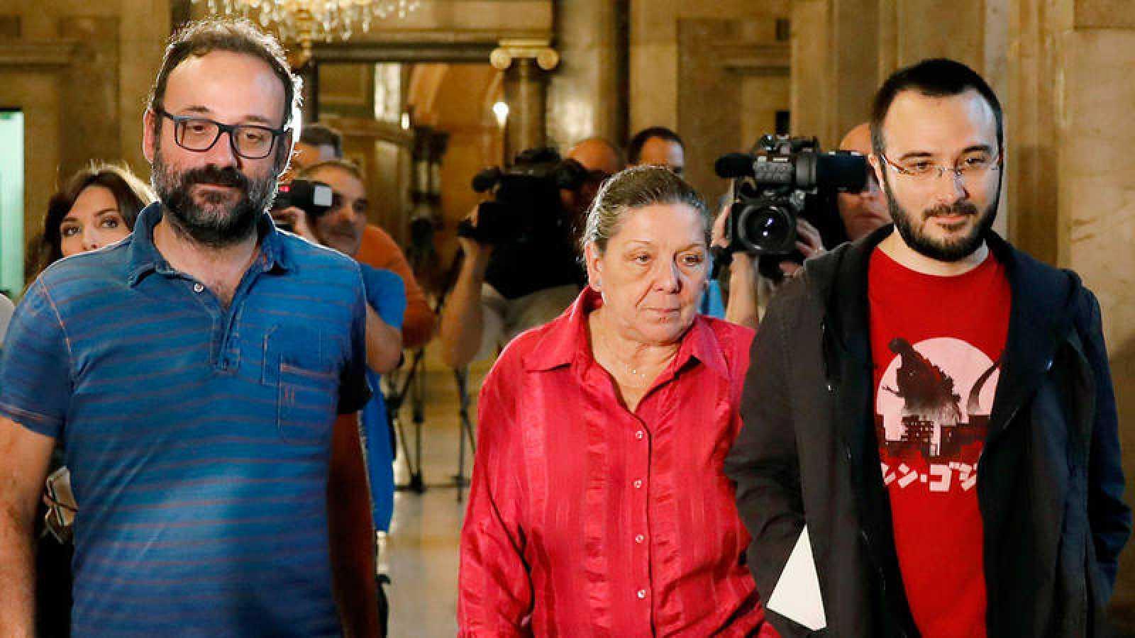 Los diputados de la CUP, Benet Salellas, Gabriela Serra y Albert Botran, en los pasillos del Parlament