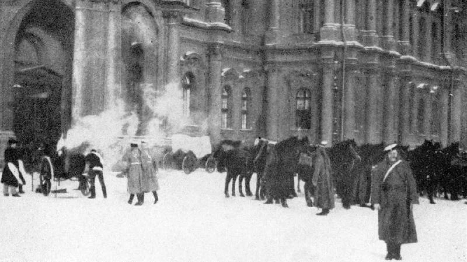San Petersburgo.- Octubre de 1917. Edificio del palacio de Invierno tras el asalto. (Archivo Efe)