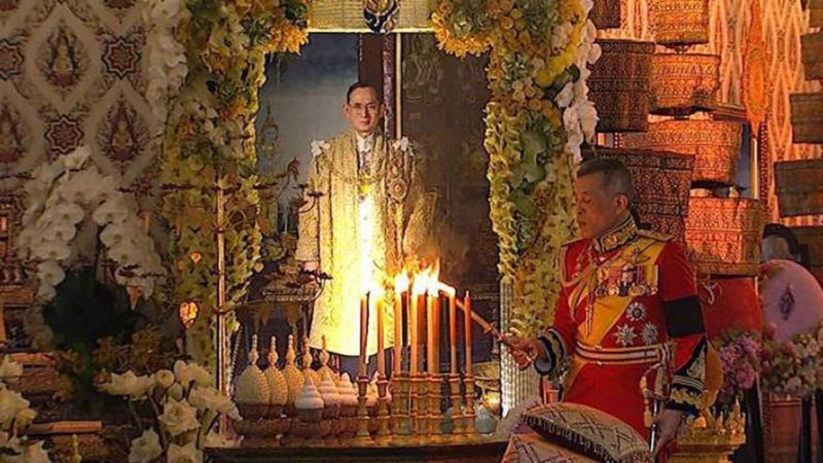 El rey Maha Vajiranlongkorn enciende una vela en honor a su padre, el rey Bhumibol