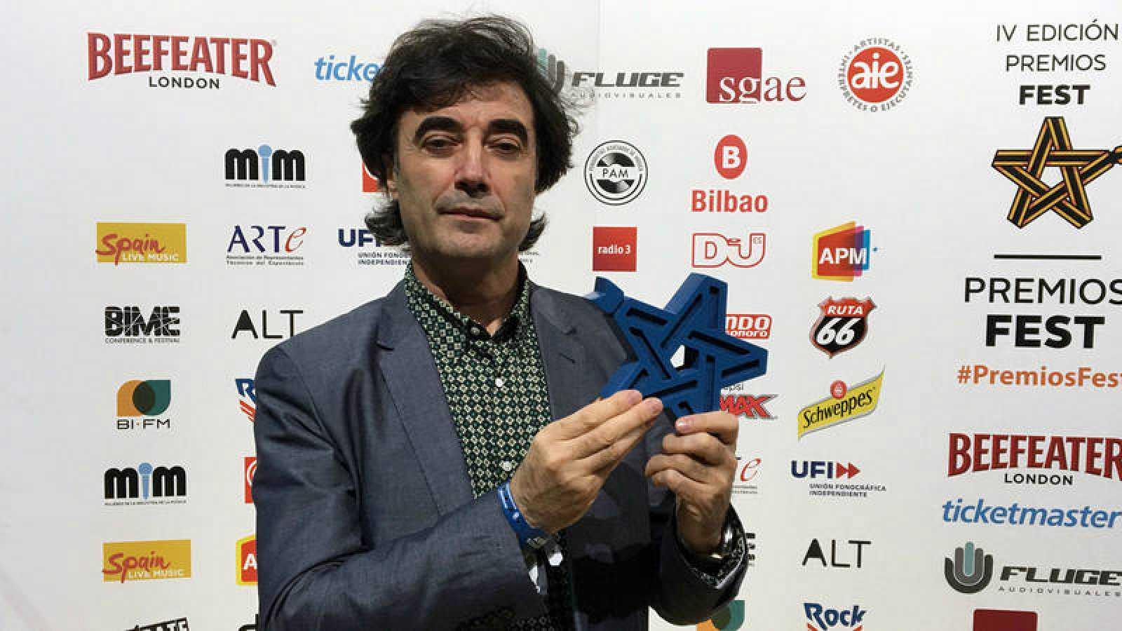 Tomás Fdo. Flores posa con el cuarto Premio Fest consecutivo que consigue Radio 3