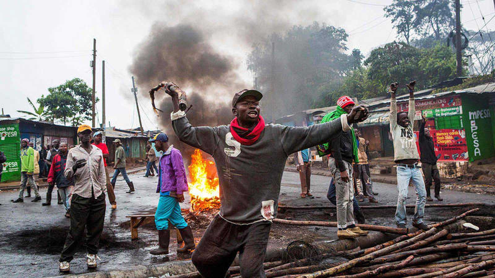 Un grupo de manfiestantes en el barrio chabolista de Kibera, Nairobi.