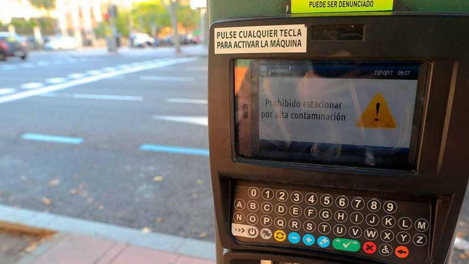 Un parquímetro informa de la prohibición de aparcar en la zona SER de Madrid