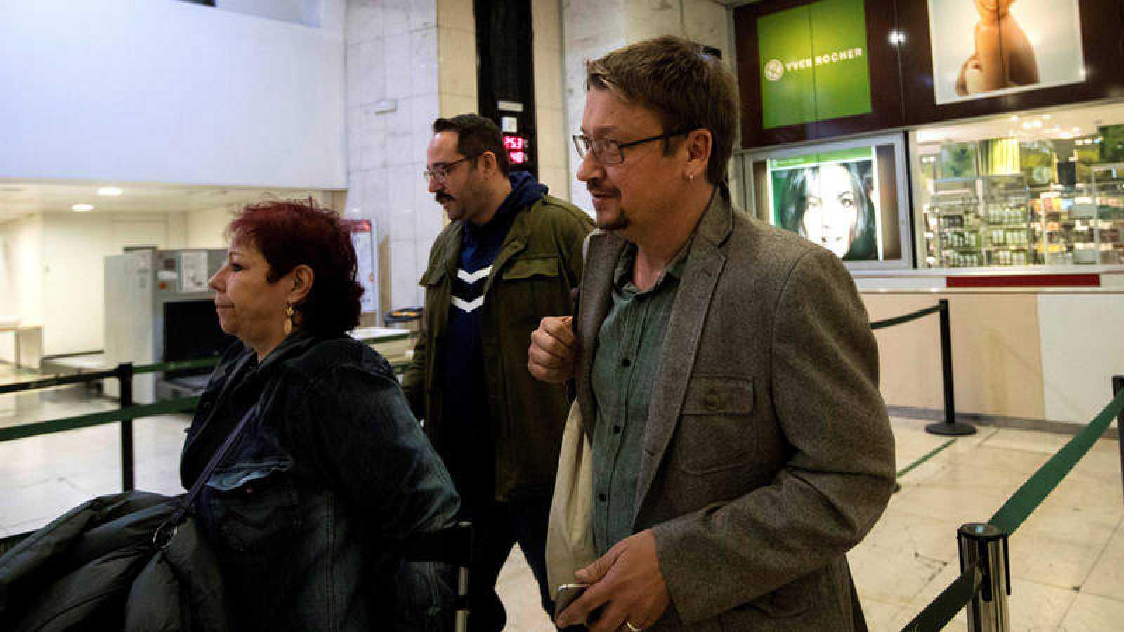 El diputado de En Comú Podem Xavier Domènech en la estación de Sants en Barcelona