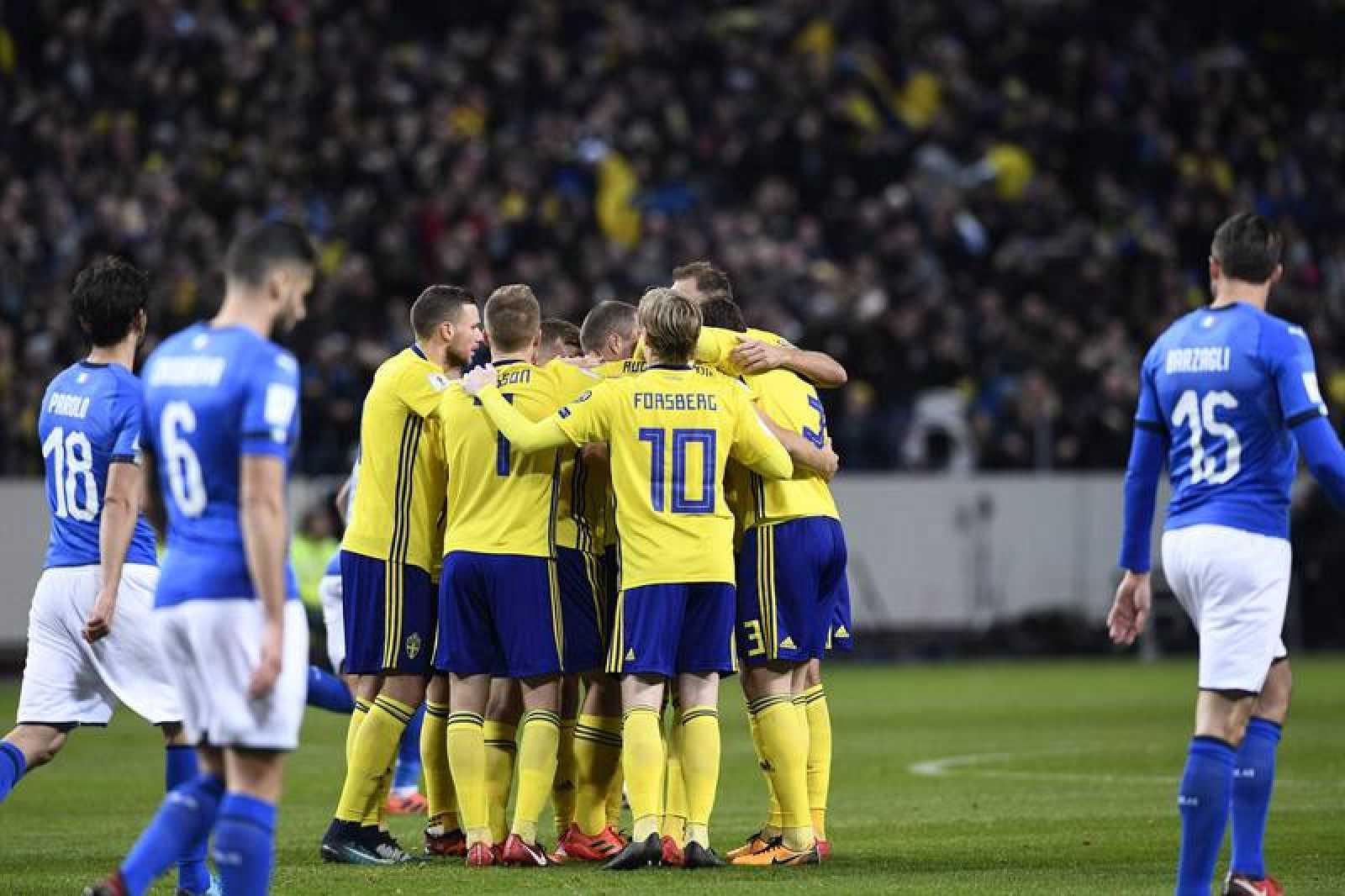 Suecia celebra el gol ante Italia