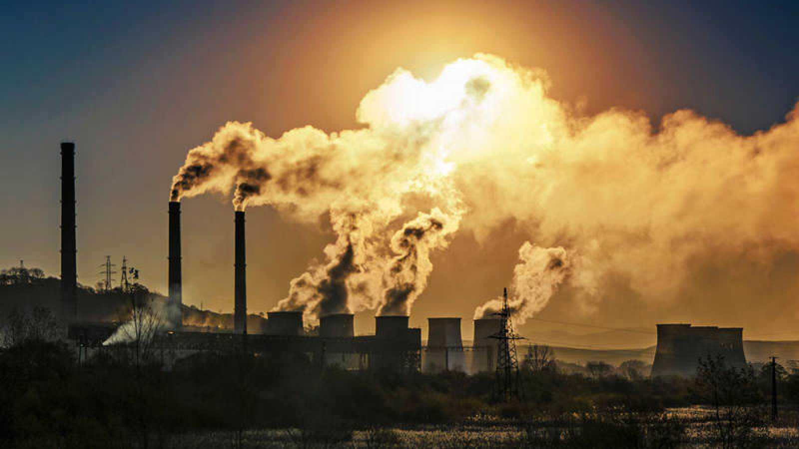 Una fábrica emitiendo dióxido de carbono a la atmósfera