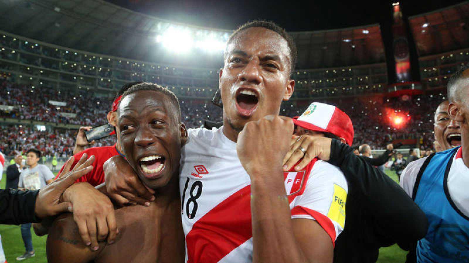 Los peruanos Luis Advincula y Andre Carrillo celebran la clasificación de su país al Mundial de Rusia 2018.