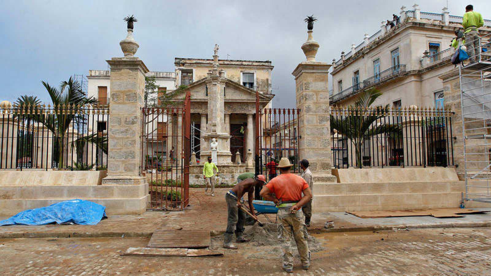 Varios trabajadores en una de la obras realizadas por el 498 del aniversario de La Habana