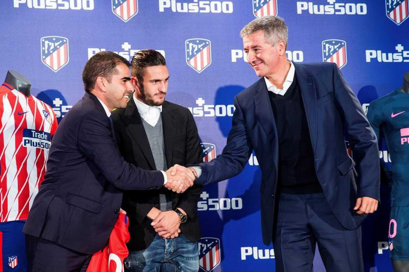 El CEO de Plus500, Asaf Elimelech, y el consejero delegado del Atlético de Madrid, Miguel Ángel Gil, en un apretón de manos durante la firma de ampliación de patrocinio entre el Atlético de Madrid y Plus500.