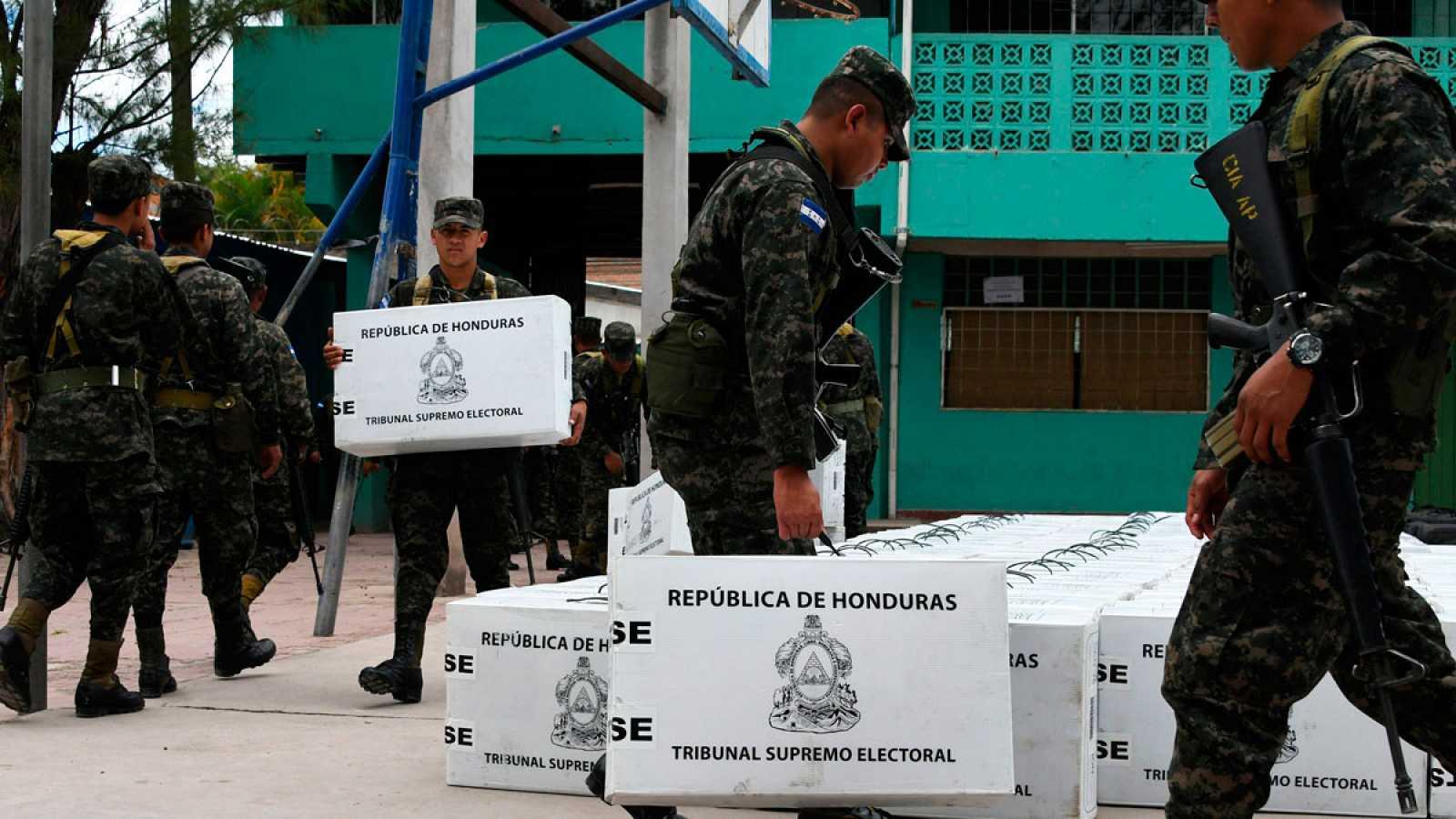 Soldados hondureños trasladan urnas electorales en Tegucigalpa