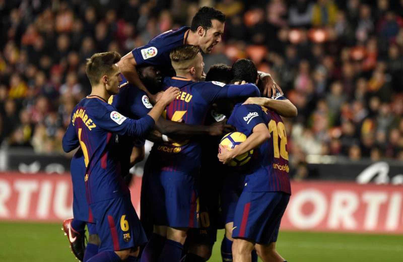 Los jugadores celebran el gol del empate, obra de Jordi Alba.