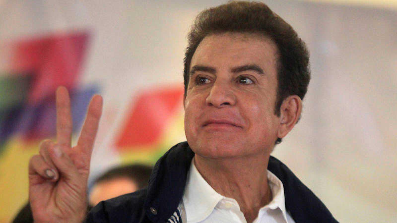 Salvador Nasralla, candidato de la Alianza Opositora contra la Dictadura para la presidencia de Honduras, hace el gesto de la victoria durante la jornada electoral