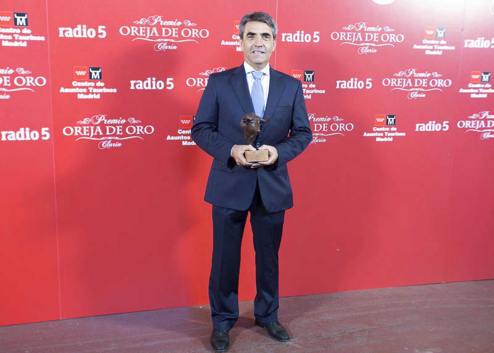 Victorino Martín con el premio 'Hierro de Oro' de la temporada 2016