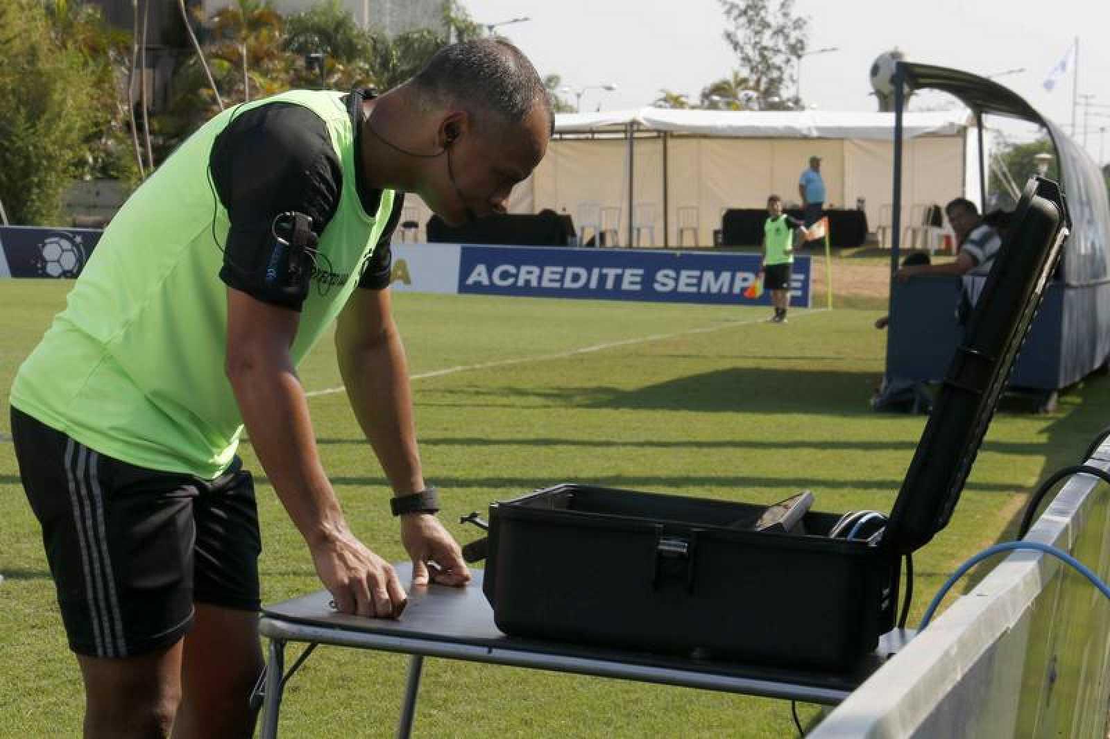 Un árbitro de la FIFA ensaya el sistema de Asistencia Arbitral de Video (VAR).