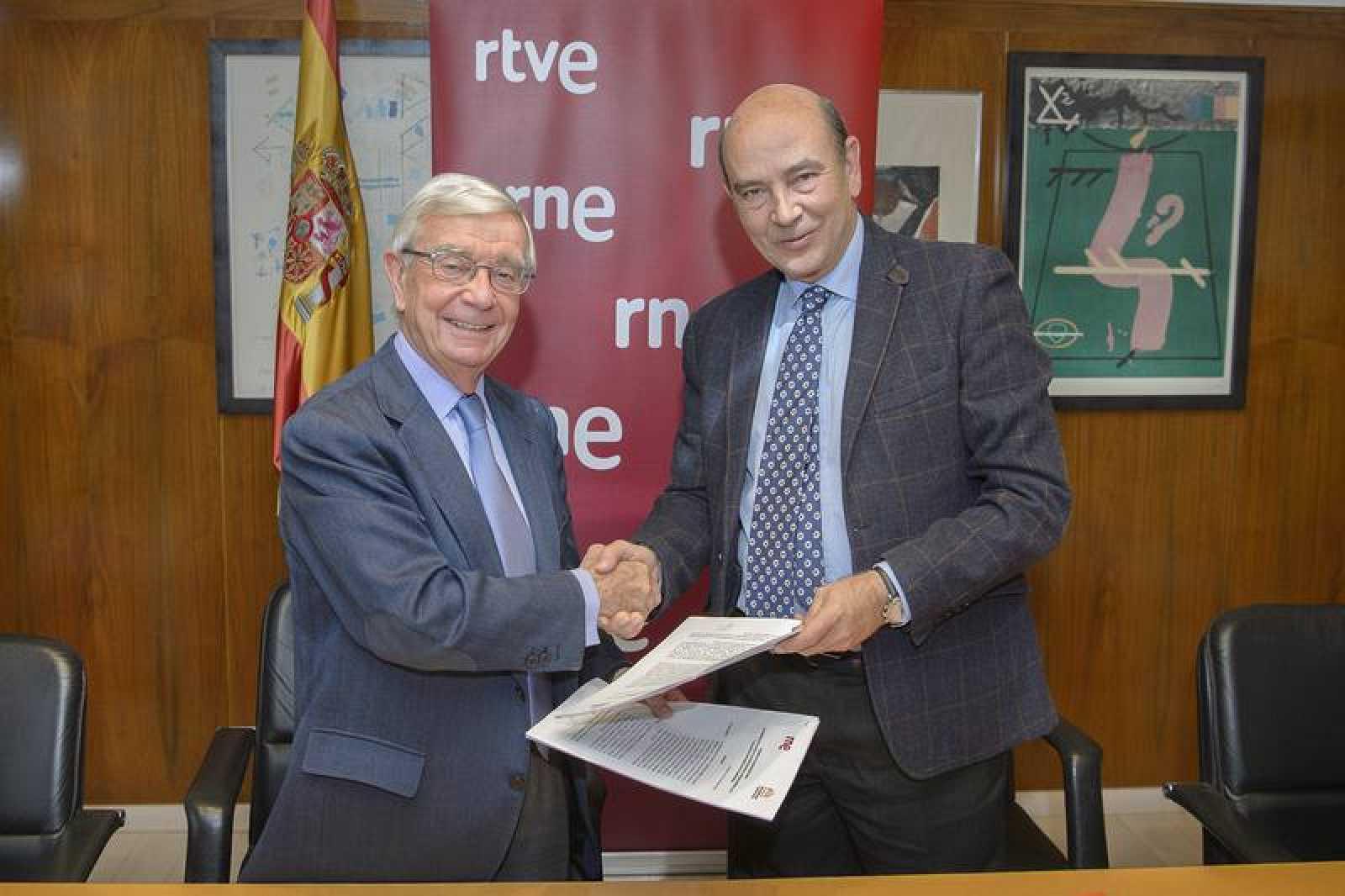 Rafael Ansón y Alfonso Nasarre tras la firma del convenio