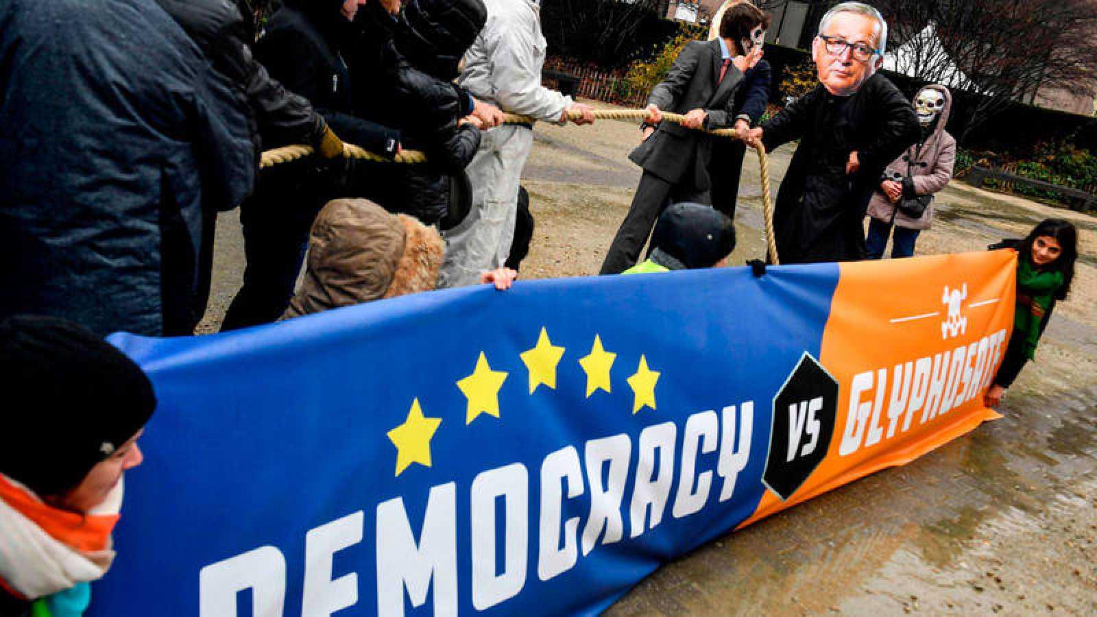 Un grupo de manifestantes protesta ante el edificio del Consejo Europeo contra la autorización al glifosato