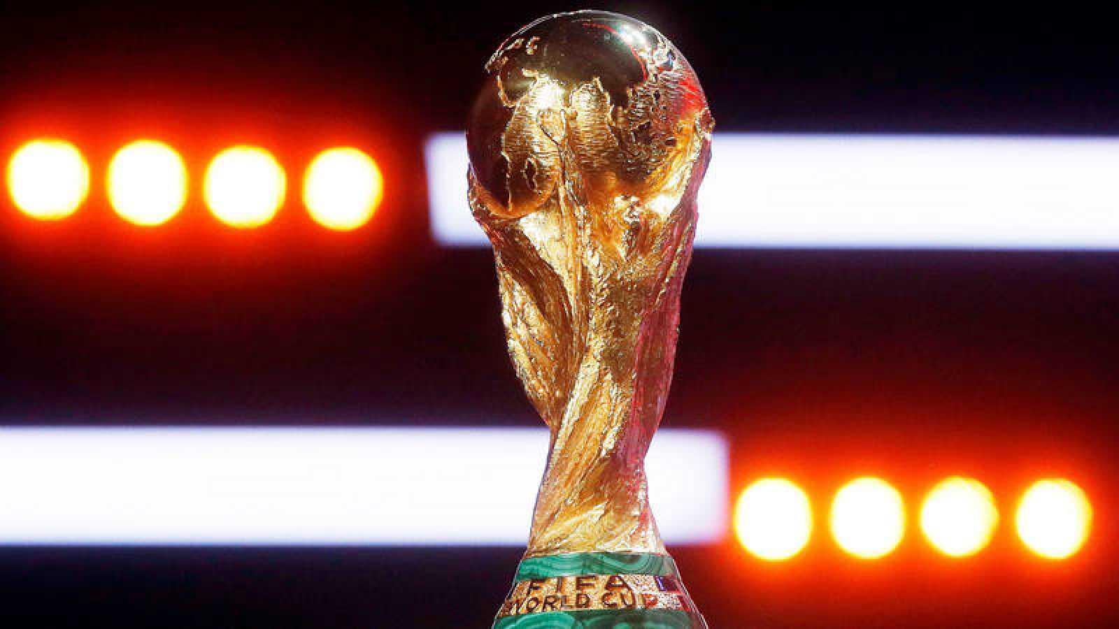 El trofeo de la Copa del Mundo de fútbol luce en Moscú antes del sorteo.