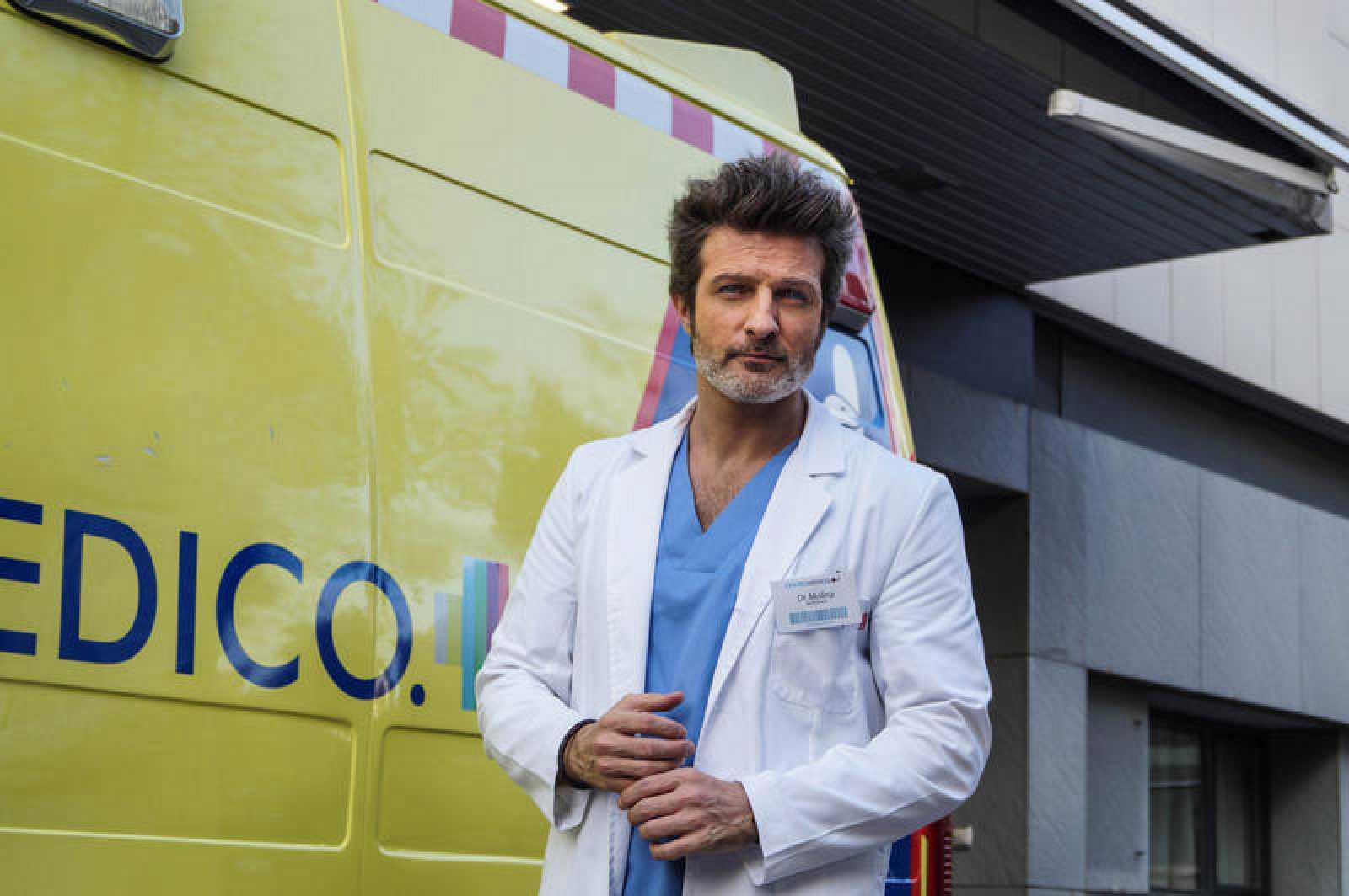 neurólogo atractivo y ambicioso que chocará con la doctora Romero