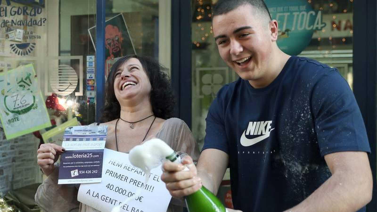 Una lotera celebra que ha dado el 'Gordo' en el sorteo de Loteria de Navidad de 2016