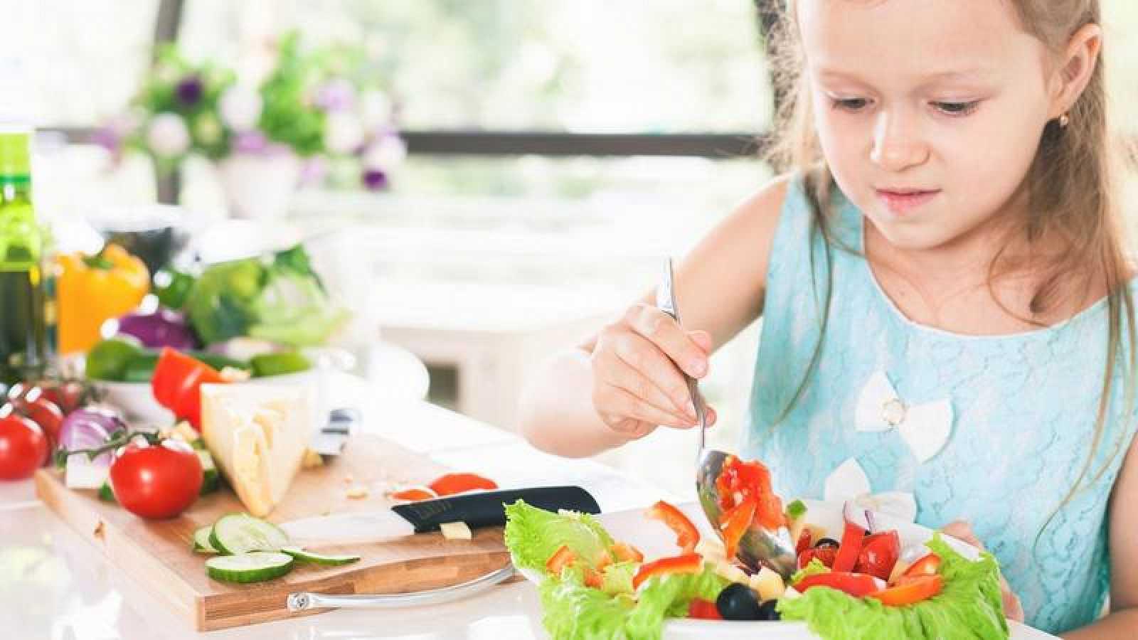 Una dieta saludable se asocia a pautas que restringen el consumo de azúcares y grasas, y fomentan el de pescados y verduras.