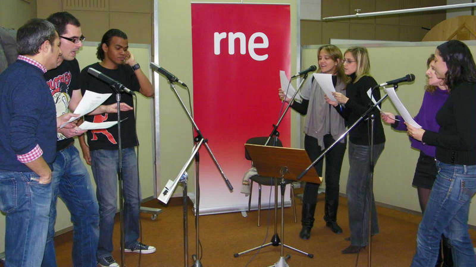 """Los locutores de Radio 3 interpretando """"Dancing queen"""" en 'Radiopasión 2008'."""