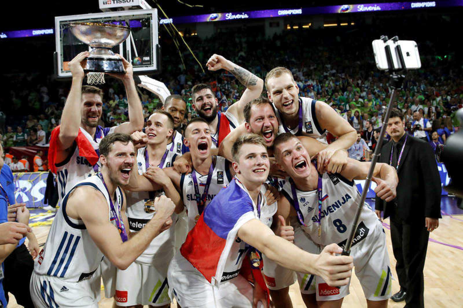 Los jugadores de la selección eslovena de baloncesto celebran la victoria ante Serbia, tras la final del Eurobasket 2017.