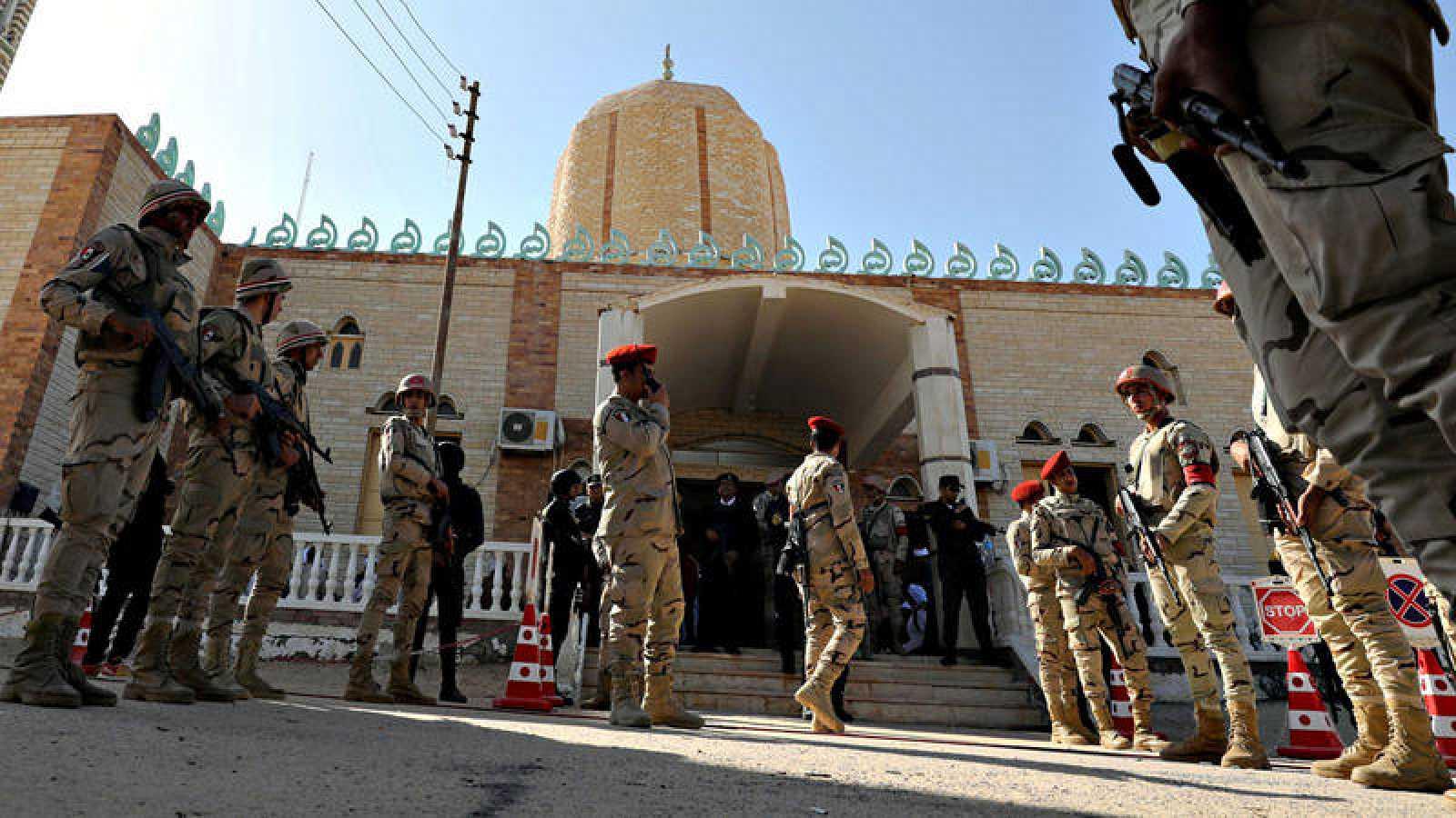 Las fuerzas de seguridad egipcias custodian la mezquita de Al Rauda el día de su reapertura tras el atentado de noviembre