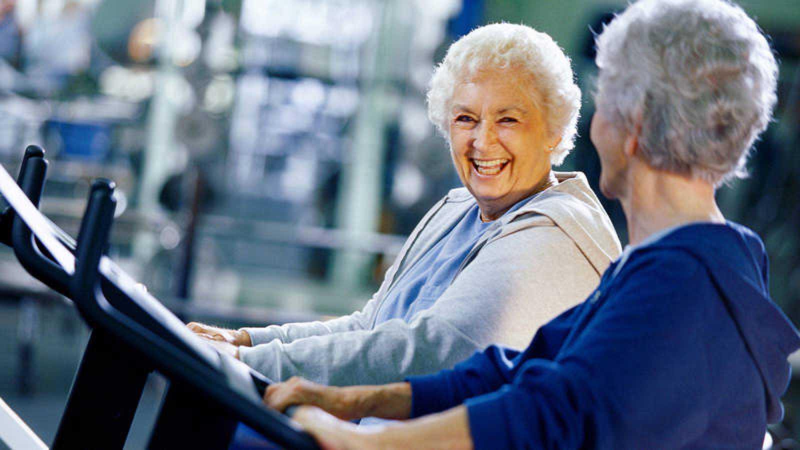 Dos mujeres practican ejercicio en un gimnasio