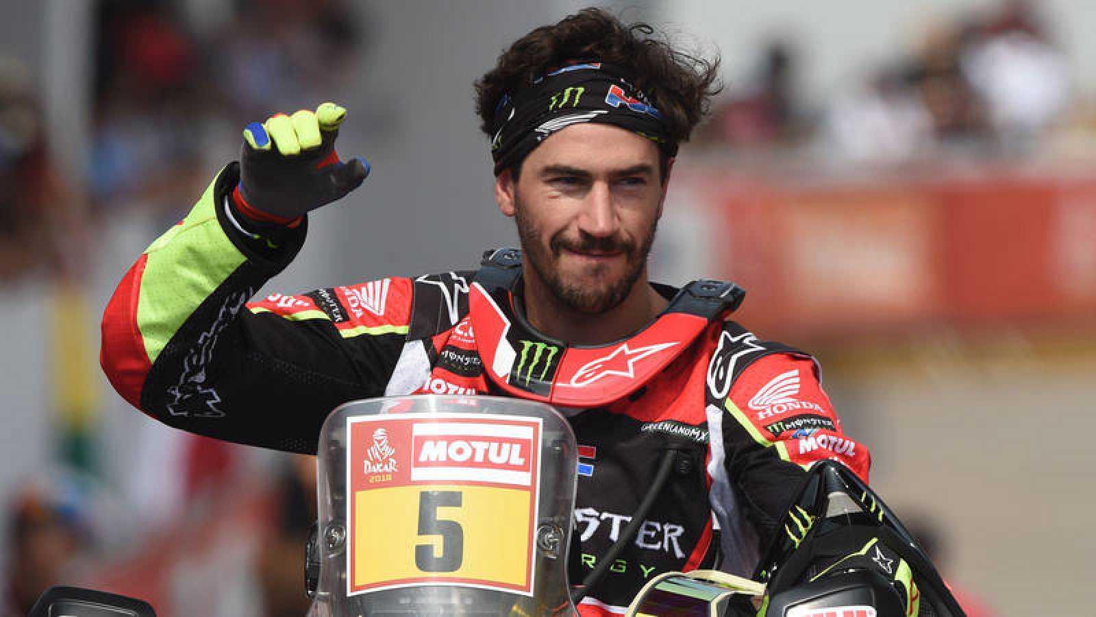 El español Joan Barreda saluda al público en la salida del Dakar 2018.