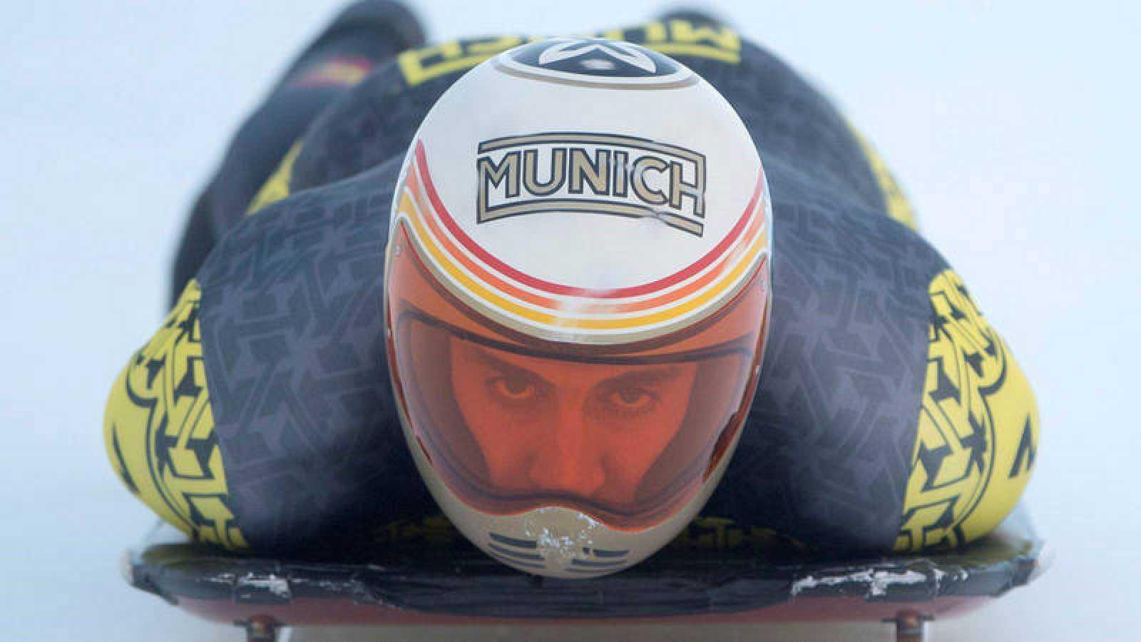 El piloto de skeleton español Anfer Mirambell en acción durante un entrenamiento perteneciente a la Copa Intercontinental de skeleton, disputada en St. Moritz (Suiza).