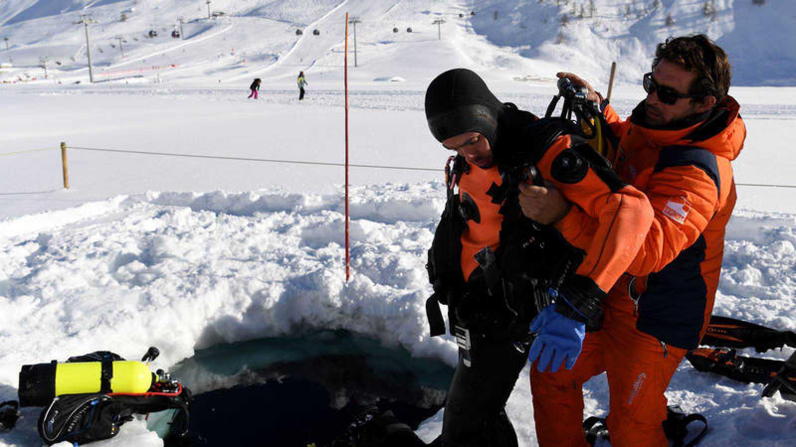 Un turista se prepara para bucear bajo el hielo en los Alpes