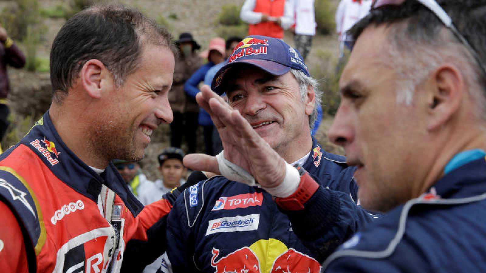 Carlos Sainz conversa con su copiloto Lucas Cruz tras una etapa del Dakar.