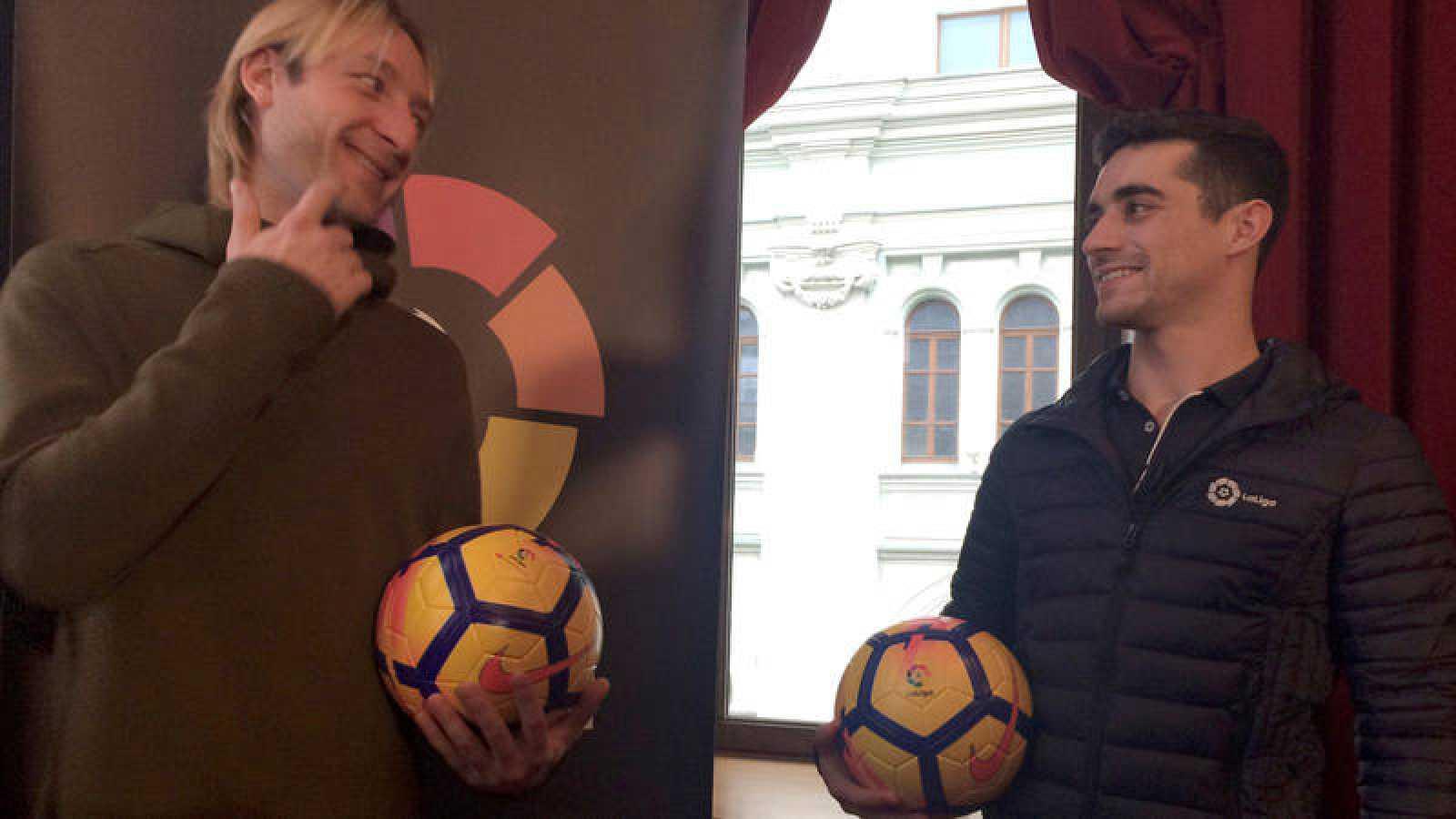 Javier Fernández ha coincidido con el campeón olímpico Yevgueni Pluschenko en un acto en Moscú como embajador de LaLiga.