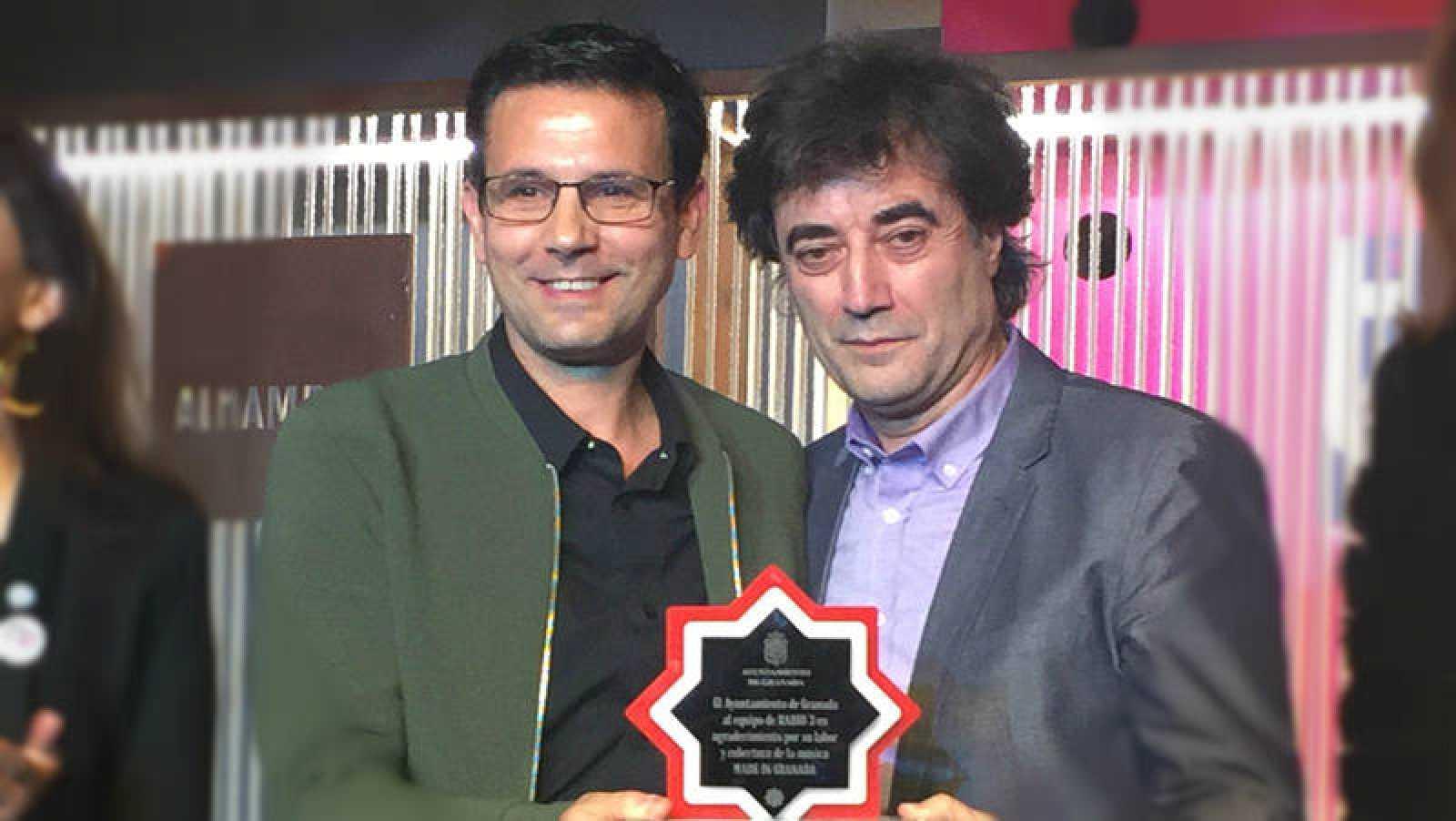 El director de Radio 3, Tomás Fdo. Flores, recogiendo el galardón del Ayuntamiento de Granada
