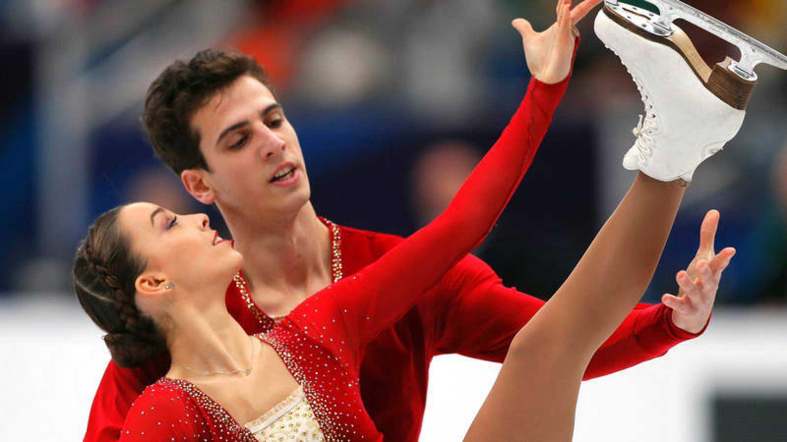 Los patinadores españoles Laura Barquero (i) y Aritz Maestu (d) compiten en el programa libre.