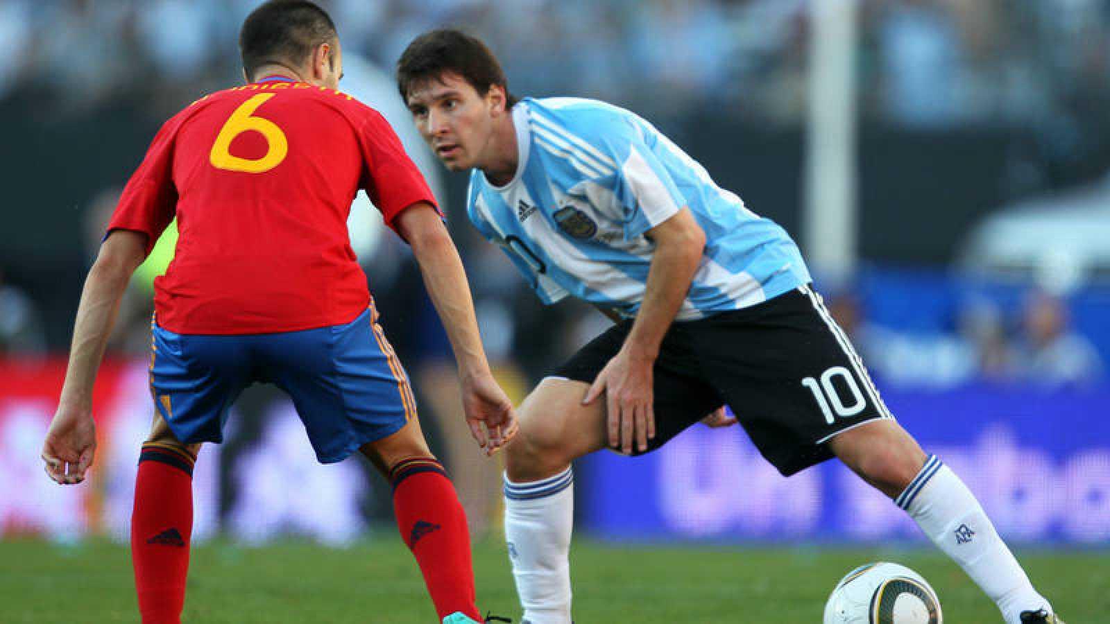 Leo Messi (derecha), frente a Andrés Iniesta, en el amistoso de 2010 en Buenos Aires.