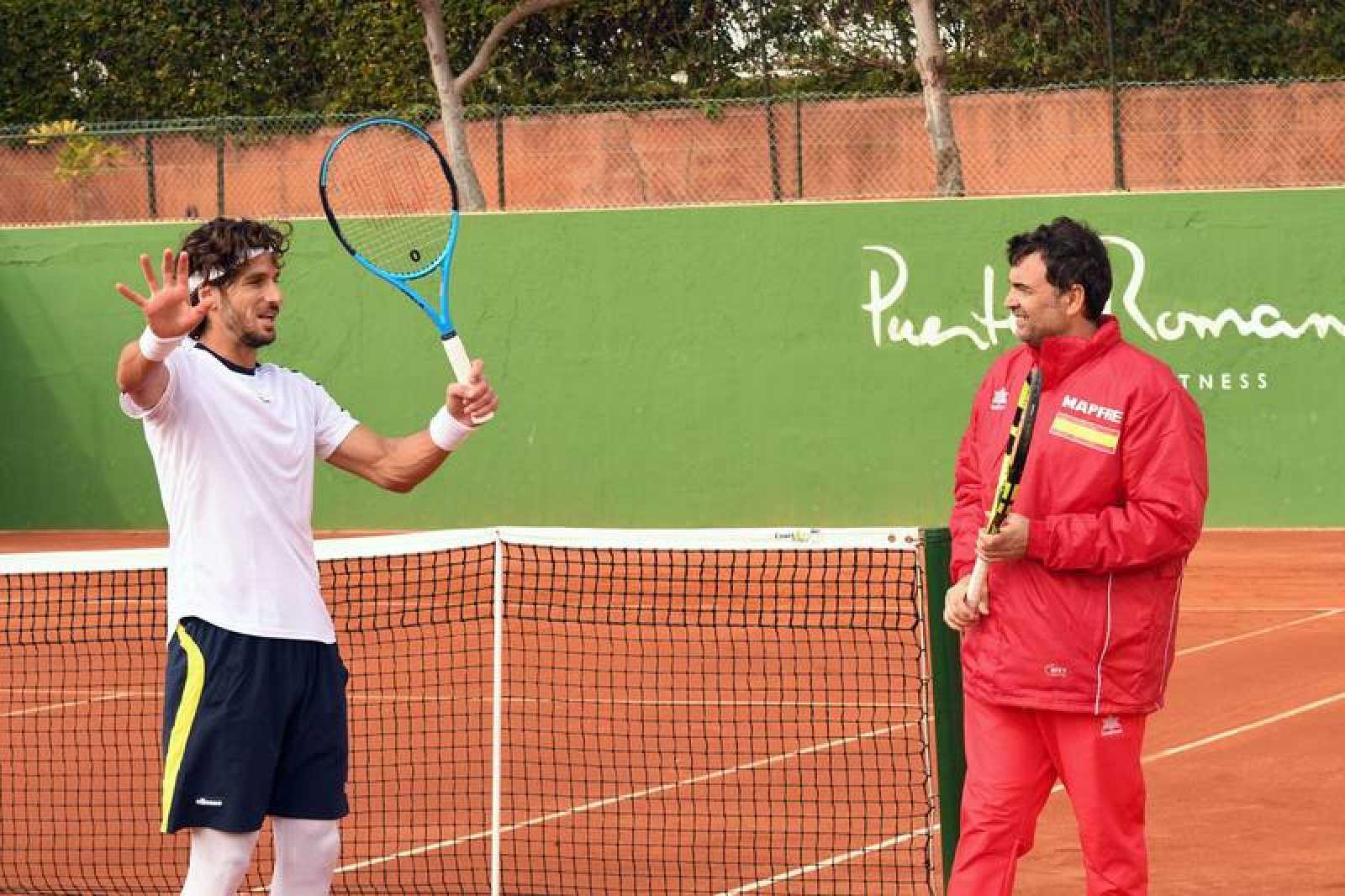 Sergi Bruguera conversa con el tenista Feliciano López durante el entrenamiento.